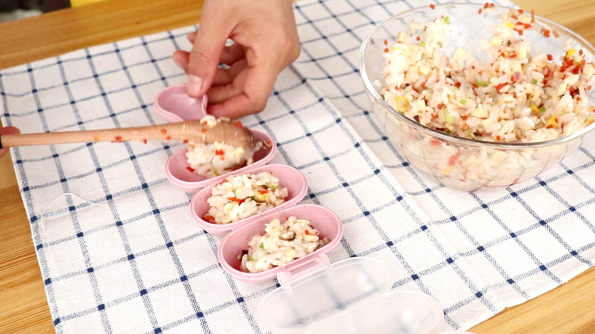 时蔬火腿饭团,放入摇饭器中,摇一摇</p> <p>tips:摇饭器简直是神器,建议常做饭团的宝妈入一个,可比用保鲜膜捏饭团快多了,还不沾手