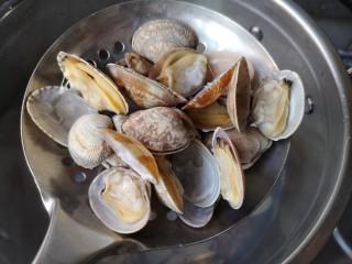 海鲜疙瘩汤,待蛤蜊有开口的就沥水捞出,不要焯水太久。