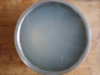 海鲜疙瘩汤,焯过海鲜的水可以过一下滤网留出一碗备用。