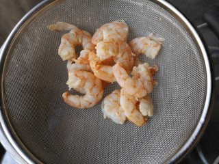 海鲜疙瘩汤,将腌制好的虾仁焯水后沥水捞出备用。