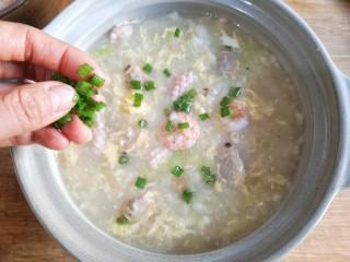 海鲜疙瘩汤,出锅装盆后撒适量葱花。