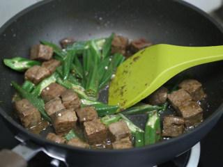 秋葵黑椒牛肉,接着加入秋葵,翻炒均匀