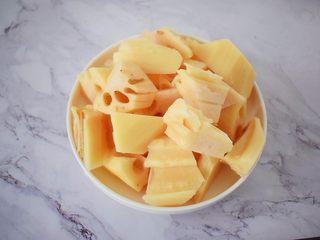 猪骨莲藕玉米胡萝卜汤,莲藕去皮切小块