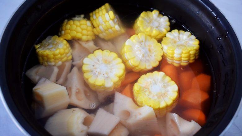 猪骨莲藕玉米胡萝卜汤,加入适量的水,没过食材即可
