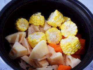 猪骨莲藕玉米胡萝卜汤,加入玉米和胡萝卜