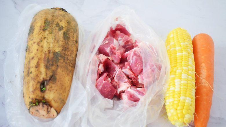 猪骨莲藕玉米胡萝卜汤,准备好材料