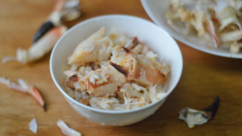 蟹肉炒芦笋,将蟹肉仔细的拆出来(这面包蟹的蟹肉约有300克,蟹膏蟹黄油380克,拿去炒饭特别香)