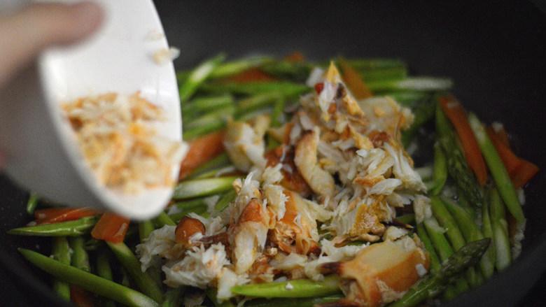 蟹肉炒芦笋,接着加入蟹肉,翻炒一下