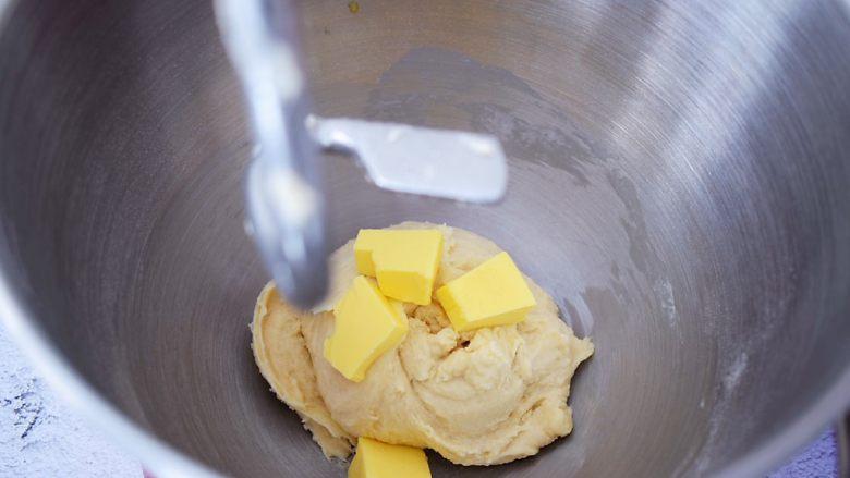 绵绵吐司,大约揉10分钟后加入黄油,继续启动揉面程序