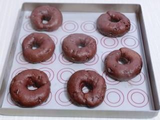 懶人必做~巧克力貝果,將貝果放在墊有油紙的烤盤上淋干。