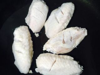 红烧鸡翅,锅中倒入清水放入鸡翅