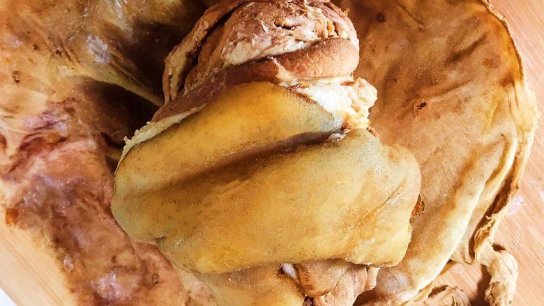 香而不腻的红油蒜蓉肘花,再把卤好的猪肘剥去纱布包