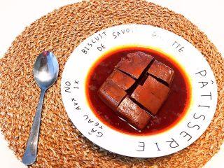 红油猪血豆腐,用小刀把红油猪血豆腐切成小块