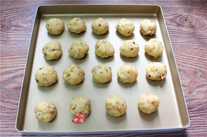 芝麻核桃酥,把揉好的面团分成若干个小圆球,每个约重35克左右,,排列在不粘烤盘里;