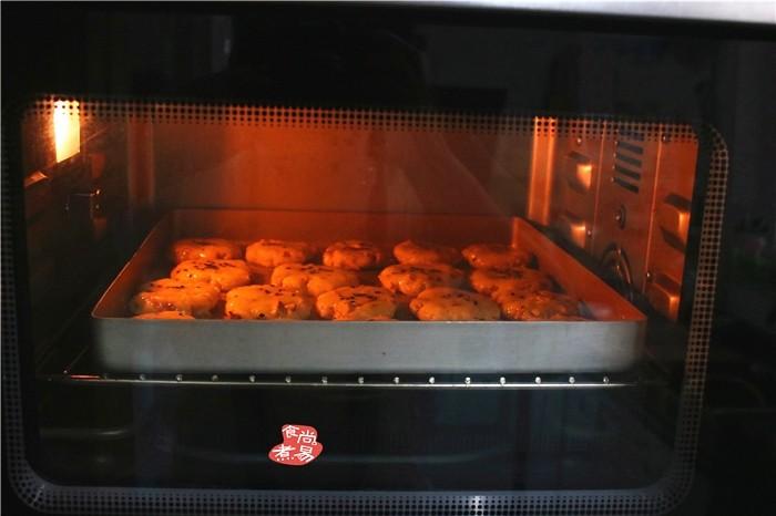 芝麻核桃酥,放入预热好的烤箱中层,以175度烤25分钟。