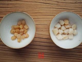 承味东北酸菜排骨汤,将干贝和干虾清水泡发