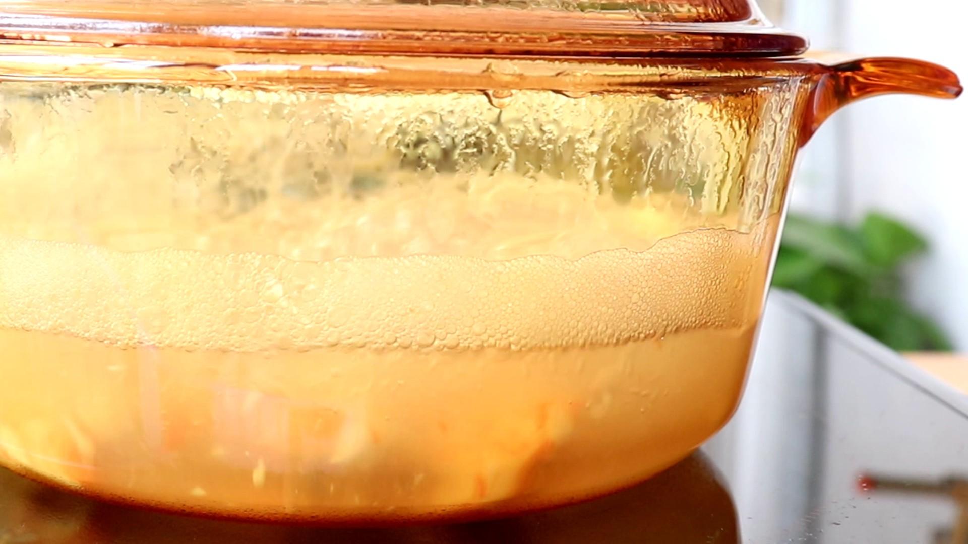 平底锅虾肉松,处理好的虾肉和姜片放入盛放冷水的锅中,煮熟</p> <p>tips:一般水沸腾2min左右,虾就熟了