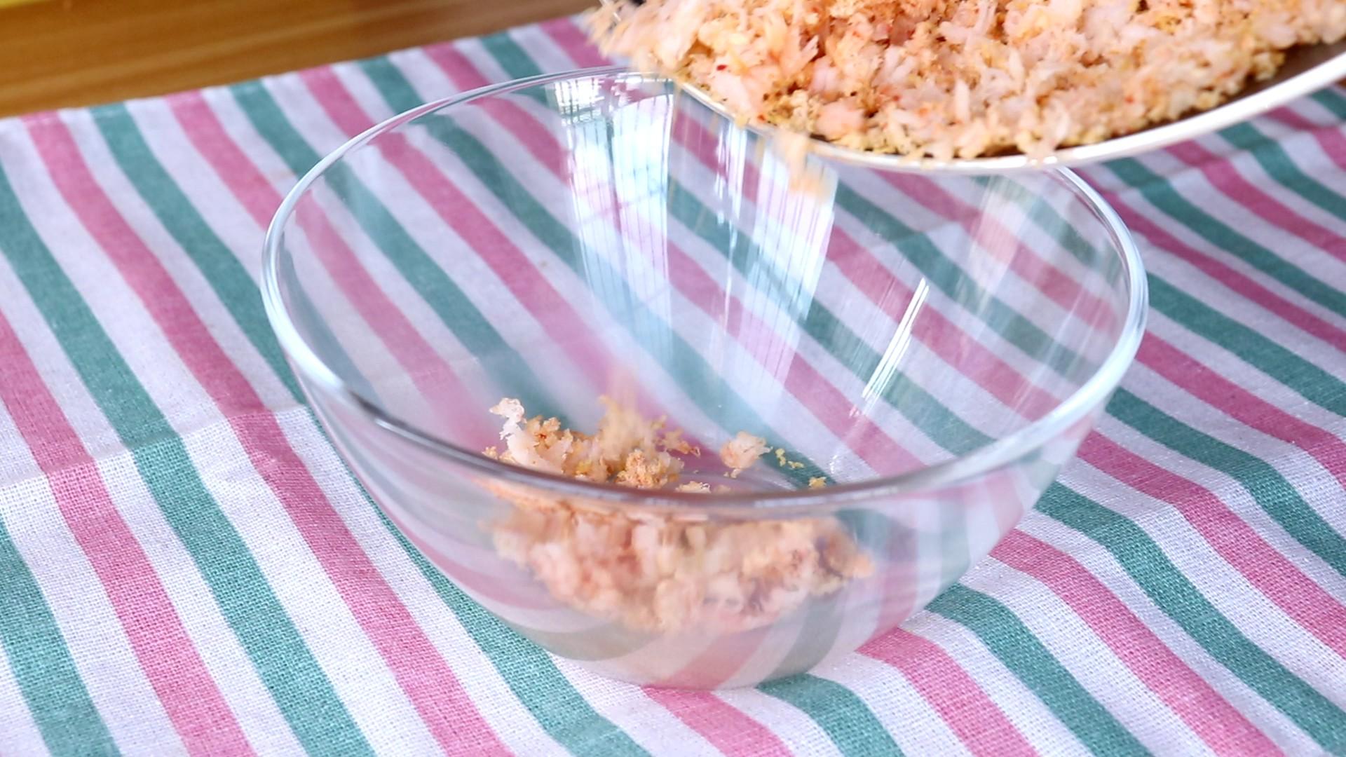 平底锅虾肉松,倒入容器中,晾凉一些,再倒入研磨杯中</p> <p>tips:太热的话,在研磨杯中搅拌,会对机器有损害的,所以我们稍微放置两三分钟再搅拌哦