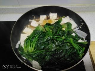 虾米豆腐炒菠菜,加入适量生抽和盐。