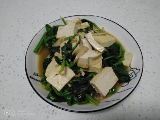 虾米豆腐炒菠菜,盛入盘中。