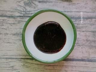脏脏茶,黑糖和水煮开后转小火熬至粘稠。越粘稠越容易挂杯。