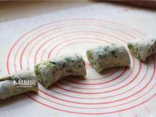 小白菜饼,切成小剂子,备用。