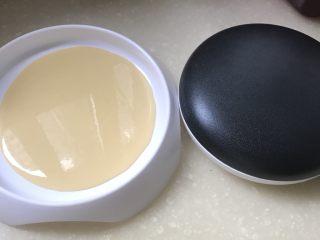 香蕉派,面粉加大半个鸡蛋液和水调成比较稀的面糊,用摊面皮的锅,做成6张面皮,待用