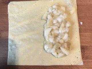 香蕉派,把切好的香蕉铺在面皮一边