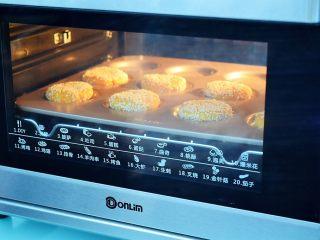 奶香红薯饼,放入预热好的烤箱,上下火160度,中层15分钟