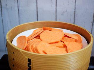 奶香红薯饼,红薯洗净切成薄片放入蒸锅蒸锅