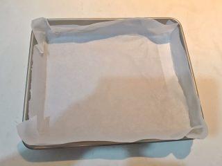 酸奶蛋糕,在烤盘里铺上油纸