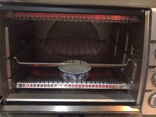 酸奶蛋糕,烤箱140W预热10分钟,在烤箱底部放一碗热水