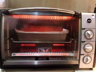酸奶蛋糕,把烤盘放入烤箱,上下火140W,烤制60分钟,再调制上下火150W,烤10分钟即可