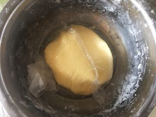 旺仔小馒头,拌成干湿适中面团,马铃薯淀粉吸水性不同,所以要注意调节,如果干了加一点植物油,湿了加点低粉,包保鲜膜松弛15分钟