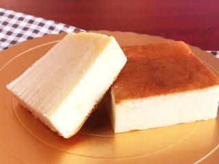 酸奶蛋糕,把酸奶蛋糕切成小块就可以吃了~