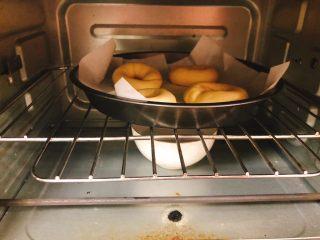 杂蔬沙拉面包,将做好的圆圈放到烤盘上(烤盘所没有铺油纸的话需涂一层油),放入烤箱开40度二次发酵50分钟,烤箱底部放一碗水。