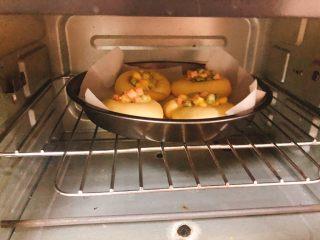 杂蔬沙拉面包,放入烤箱上下火180度烤20分钟。