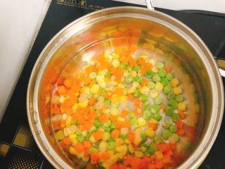 杂蔬沙拉面包,锅里水烧开,放入杂蔬煮2分钟。