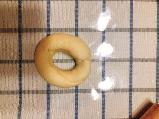 杂蔬沙拉面包,再把两角对捏成圆形。