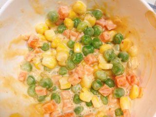 杂蔬沙拉面包,杂蔬捞起后加入沙拉酱搅拌均匀。