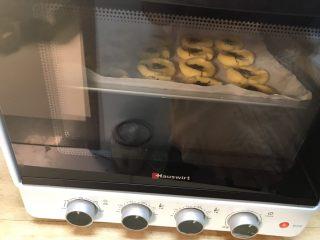 酥掉渣的桃酥,放入烤箱,180度上下双管,烤20分钟左右即可。