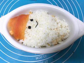 儿童雪人便当,继续加入些白米饭,用海苔装饰雪人眼睛和嘴巴。