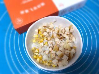 儿童雪人便当,把香肠和玉米粒加入香油和米饭搅拌均匀。