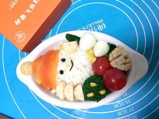 儿童雪人便当,最后摆入圣女果、鹌鹑蛋、香肠、玉米粒就可以享受了