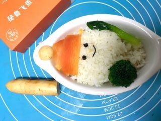 儿童雪人便当,香肠切小块装饰雪人帽子摆入西蓝花和青菜。