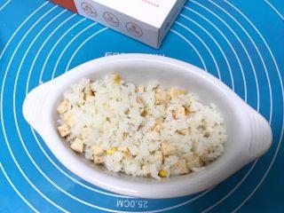 儿童雪人便当,搅拌好的饭放入碗里铺平,左边在铺些白米饭。