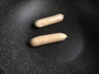 儿童雪人便当,把秘鲁飞鱼籽肠在炒锅里翻炒烤熟