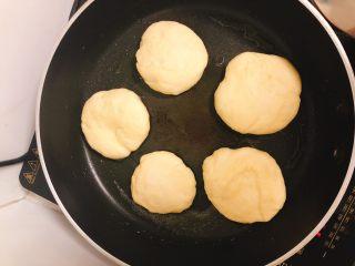 家庭版肉夹馍-早餐,将面饼铺到锅里,盖上盖子焖2分钟。