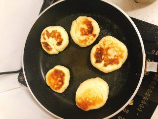 家庭版肉夹馍-早餐,再次将面饼放入煎锅中,将面饼两面各煎2~3分钟,煎至面饼皮酥脆变硬后夹起。