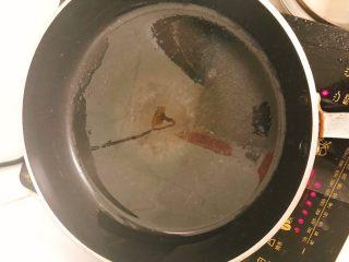 家庭版肉夹馍-早餐,煎锅刷一层油。